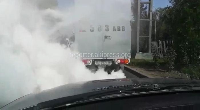 Видео — Грузовик устроил «шоу» с дымом на улицах Бишкека