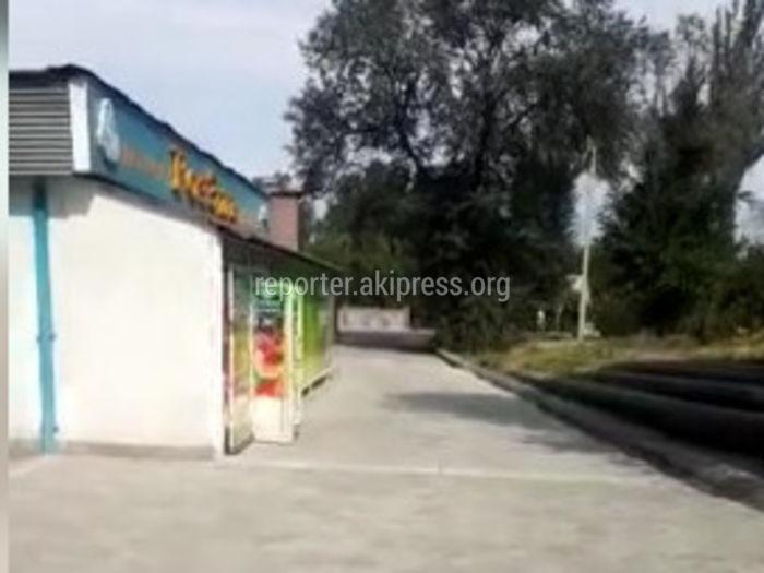 Городские службы проверят законность расположения магазина на тротуаре ул.Кольбаева