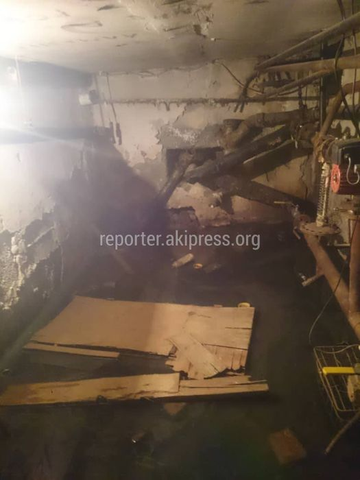 «Бишкекводоканал» ответил, из-за чего в подвале дома на ул.Чокморова канализационные проблемы