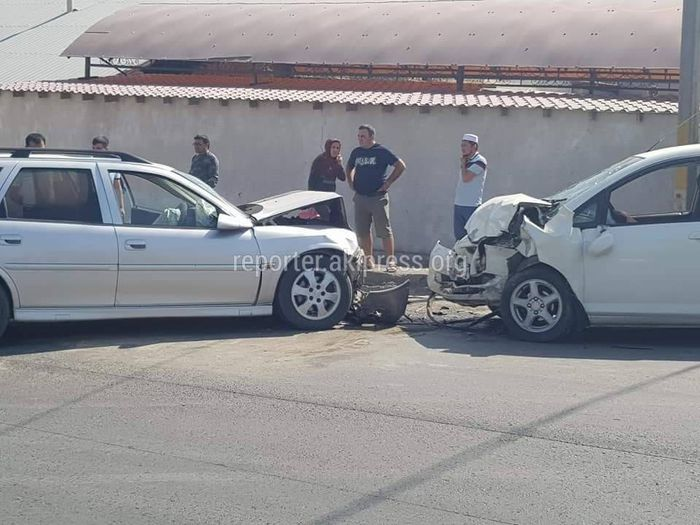 В ДТП в Оше пострадали 4 человека <i>(фото)</i>