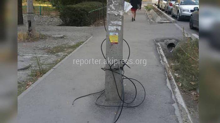 Бишкекчанин просит убрать свисающие провода столба в мкр Восток-5