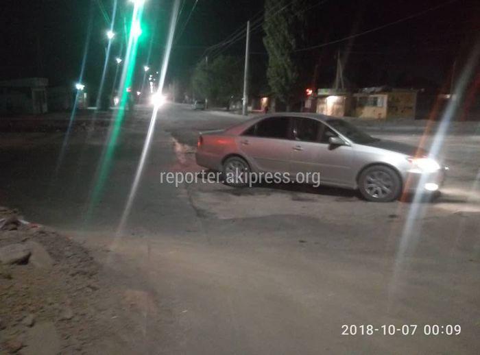 На Ахунбаева-Ашара вскопали дорогу из-за дорожных работ, но предупреждающие знаки были установлены, - мэрия