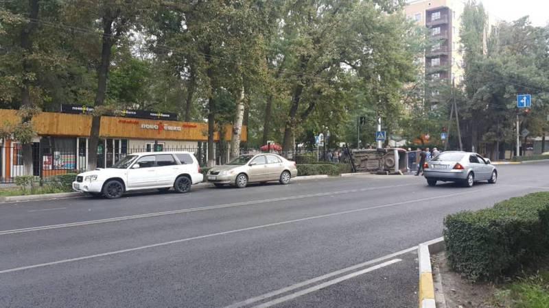 В центре Бишкека перевернулась «Хонда Степвагон»