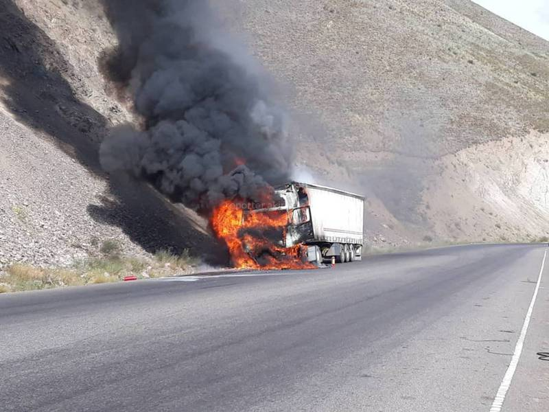 Видео — На автодороге Бишкек—Ош сгорела фура