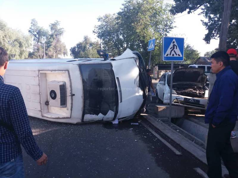 В результате ДТП микроавтобус перевернулся. Пострадал ребенок