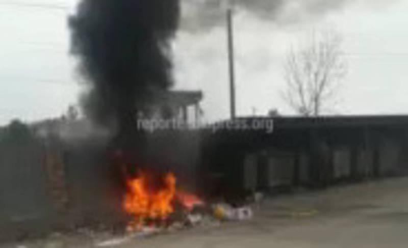 Видео — На рынке Кудайберген сжигают мусор