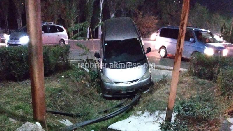 В результате ДТП легковушка слетела с дороги в кювет (фото)