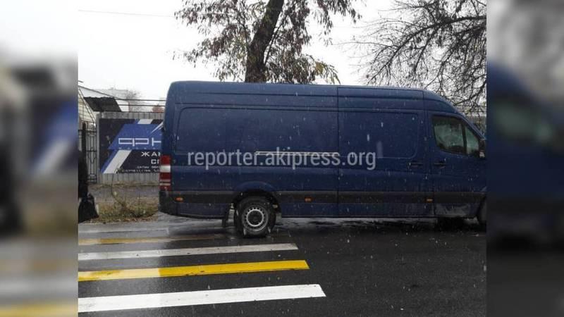 На ул.Суюнбаева микроавтобус припарковали на пешеходном переходе (фото)
