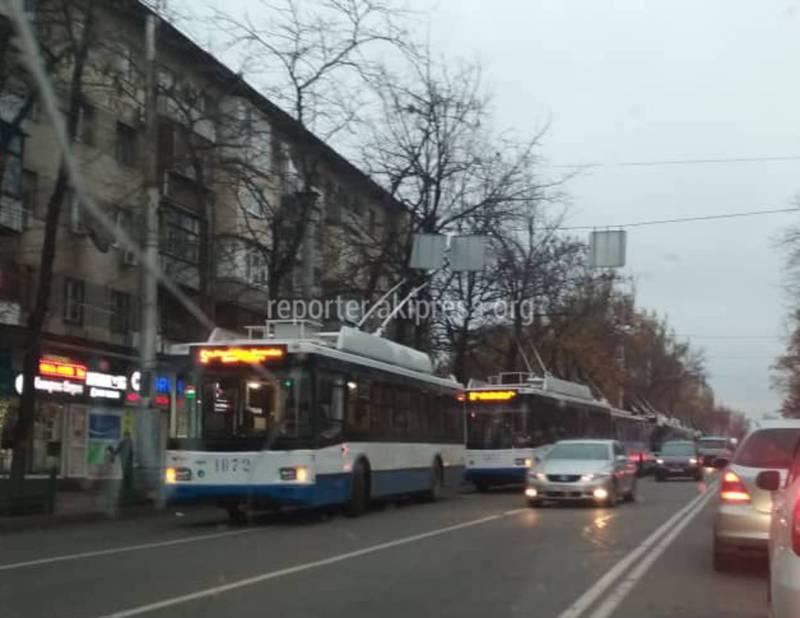 Фото — На улице Абдрахманова из-за обрыва контактных линий остановились троллейбусы