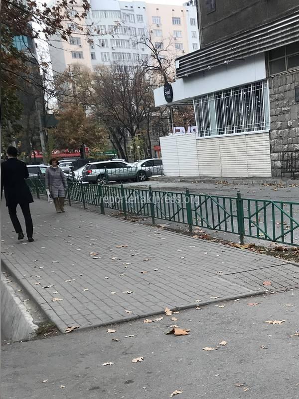 Законно ли огородили участок и установили шлагбаум на ул.Абдрахманова?