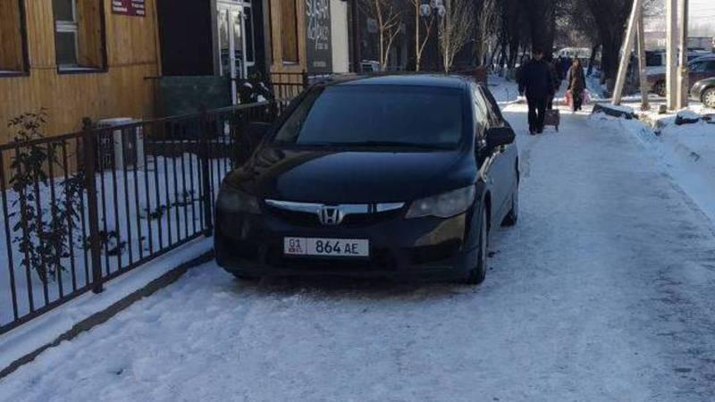 «Паркуюсь, как хочу». На Токтогула-Молодой Гвардии машины оставили на тротуаре и газоне (фото)