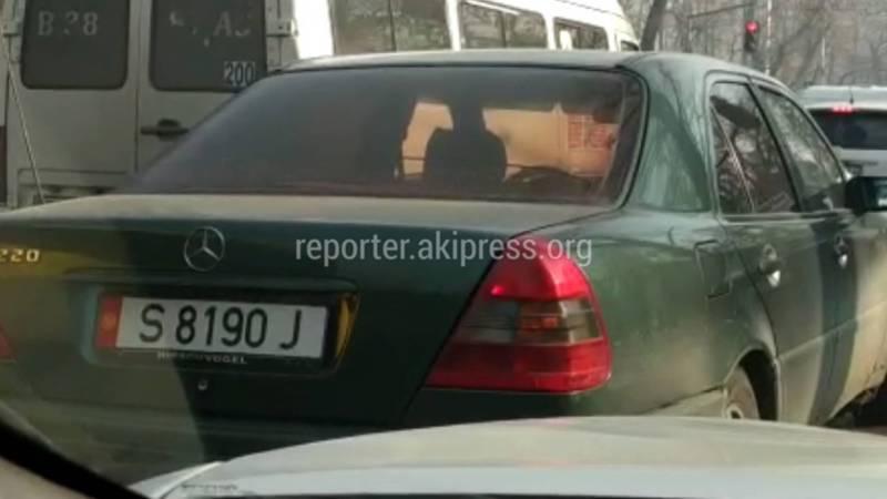 Водитель припарковал авто на проезжей части ул.Киевской, - бишкекчанин (видео)