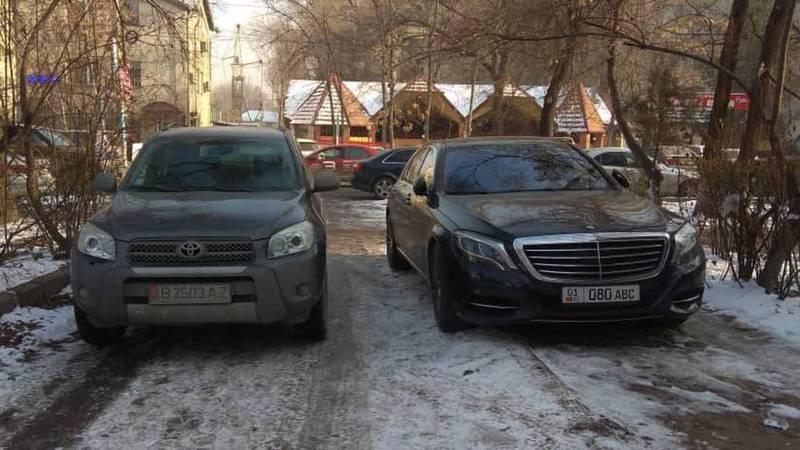 Водители «Тойоты» и «Мерседеса» перегородили улицу (фото)