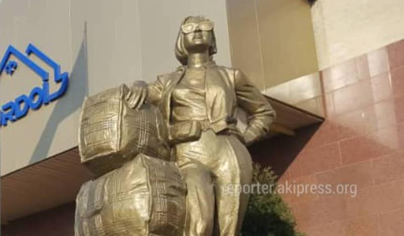 Фото — На рынке «Дордой» установили памятник «челнокам»