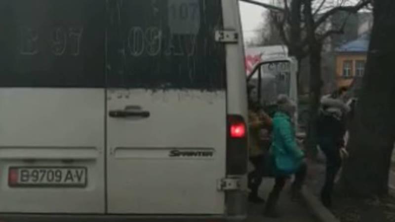 Видео — Водитель столичной маршрутки высадил пассажиров в неположенном месте