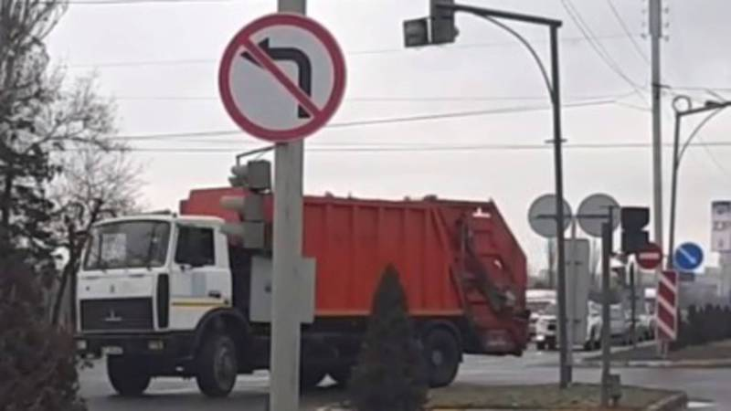 На проспекте Ч. Айтматова мусоровоз повернул на запрещающий знак, - бишкекчанин (видео)
