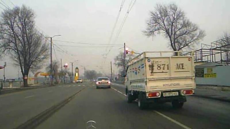 Видео — В Бишкеке на ул.Анкара «Портер»пролетел на красный свет светофора