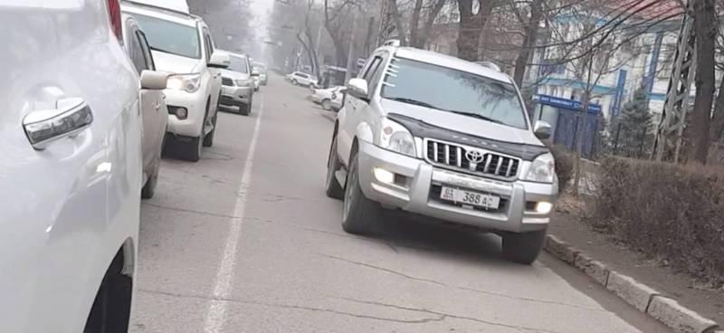 В Бишкеке на Московской водитель «Тойоты» проехал по встречной полосе, - читатель (видео)