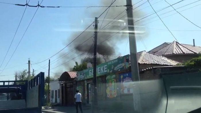 В Бишкеке на ул.Гагарина в частном доме произошел пожар <i>(видео)</i>