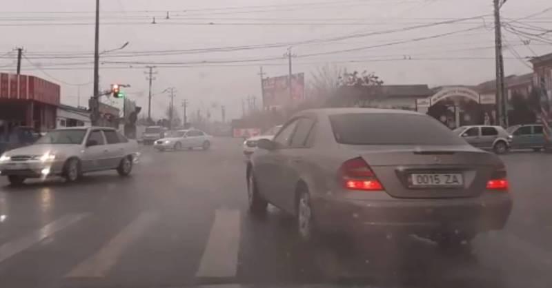 В Оше на Масалиева-Навои водитель «Мерседеса» нарушил правила ПДД, - очевидец (видео)