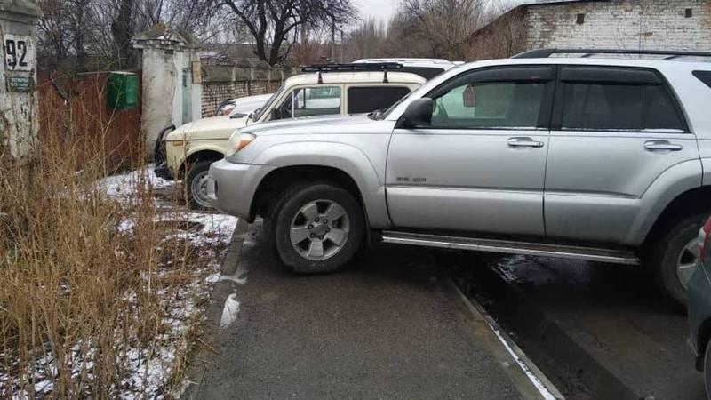 На Ахунбаева-Элебаева водители беспорядочно паркуются нарушая ПДД, - бишкекчанин (фото)