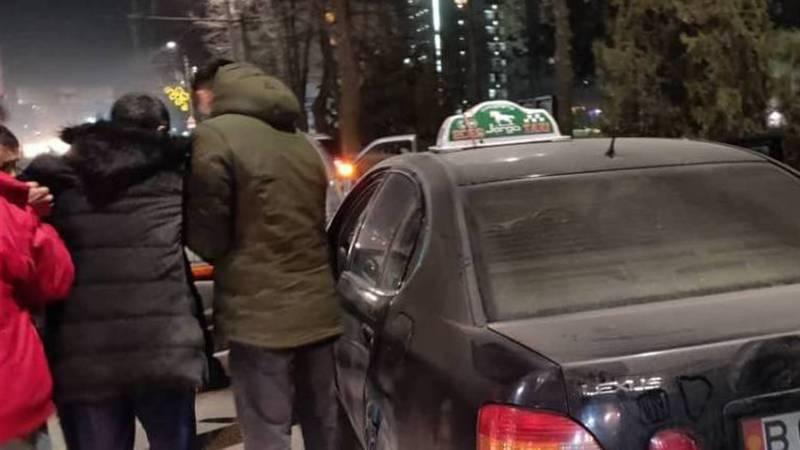 Видео — В Бишкеке на проспекте Чуй водитель «Лексуса» сбил человека на пешеходном переходе
