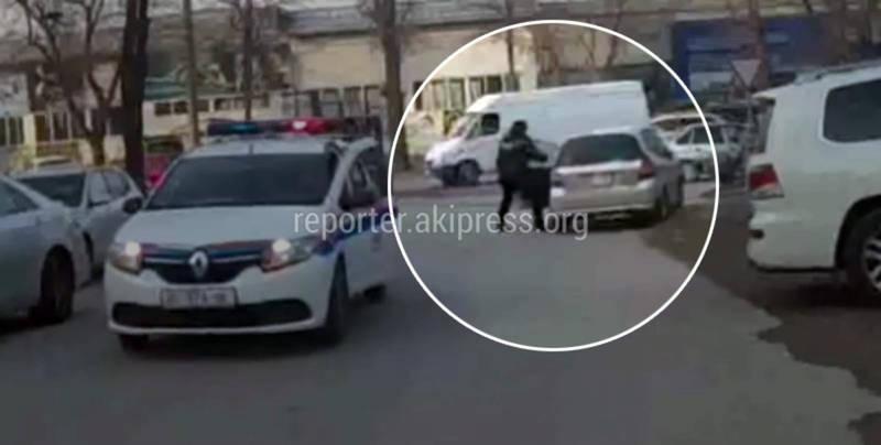 «Хонда Фит» скрывалась от УОБДД и врезалась в ограждение, но водитель все равно смог уйти от погони. Видео