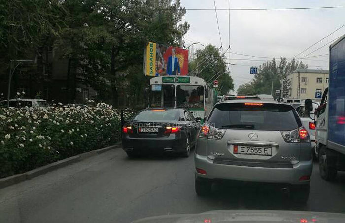 На Московской-Эркиндик «Лексус» заблокировал движение 3 троллейбусам <i>(фото)</i>