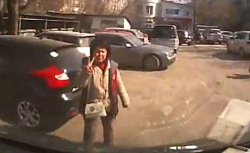 Видео – Возле Ошского рынка во дворе дома устроили платную парковку