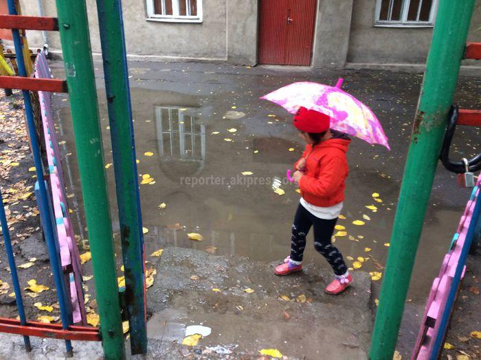 После каждого дождя у входа в детсад №8 появляются огромные лужи, - бишкекчанин (фото)