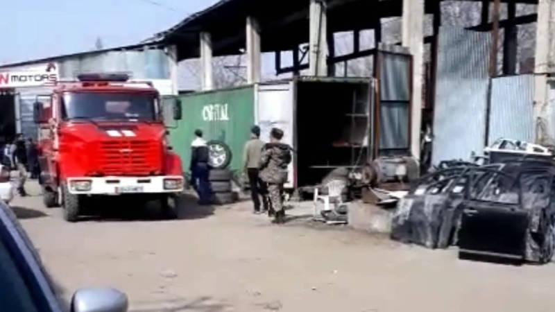 На складе автозапчастей у рынка «Кудайберген» произошел пожар