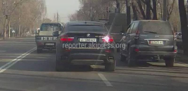 На М.Ганди-Баялинова водитель «БМВ» совершил три нарушения ПДД за 5 секунд (видео)