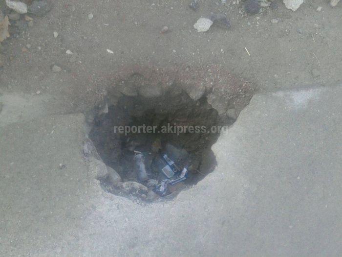 Застройщики вырыли яму на тротуаре по проспекту Чуй и оставили ее открытой, - бишкекчанин (фото)
