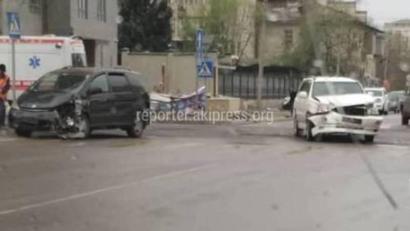 На Исанова-Рыскулова столкнулись джип и минивэн, - очевидец (фото)
