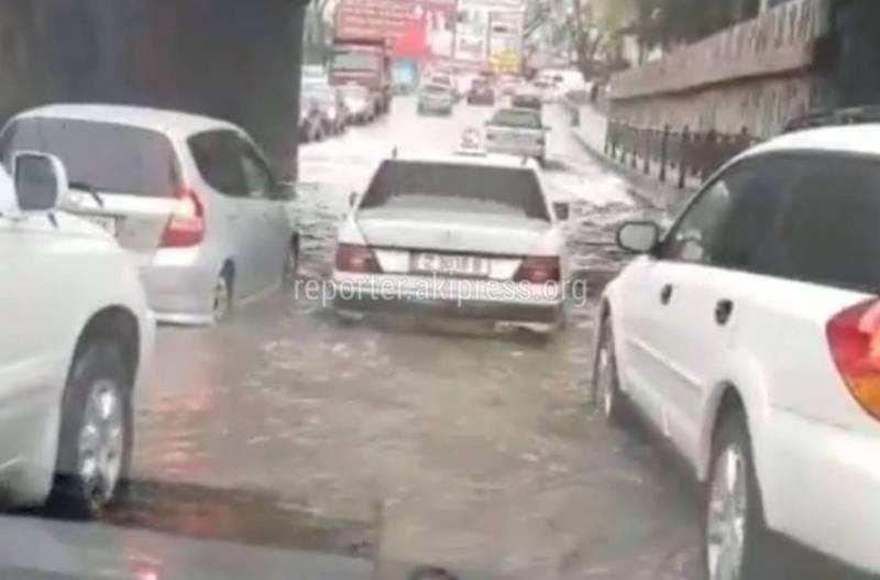 Под мостом на Молодой Гвардии потоп, машины глохнут (видео)