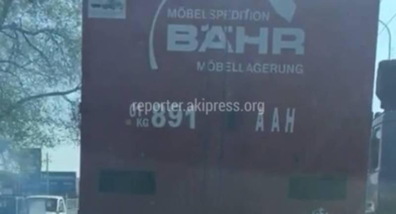 На Л.Толстого - Асаналиева грузовик с сильно дымил выхлопными газами (видео)