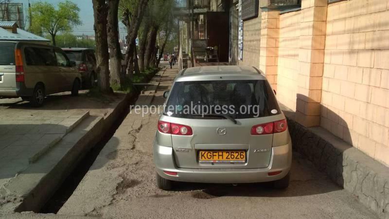На Жукеева-Пудовкина - Кулатова водитель «Мазды» припарковался на тротуаре (фото)