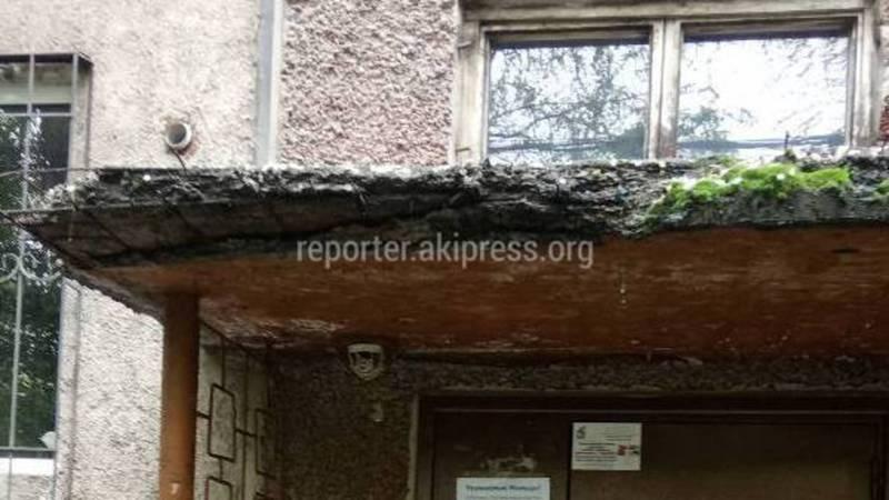 В Бишкеке на улице Гоголя дом №179 рушится козырек подъезда (фото)