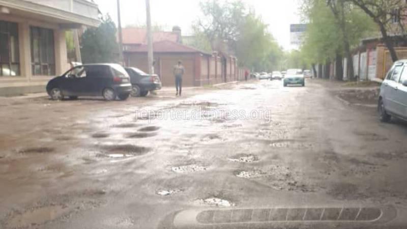 На улице Ажыбек Баатыра нет тротуаров, уличного освещения и асфальтированной дороги (видео)