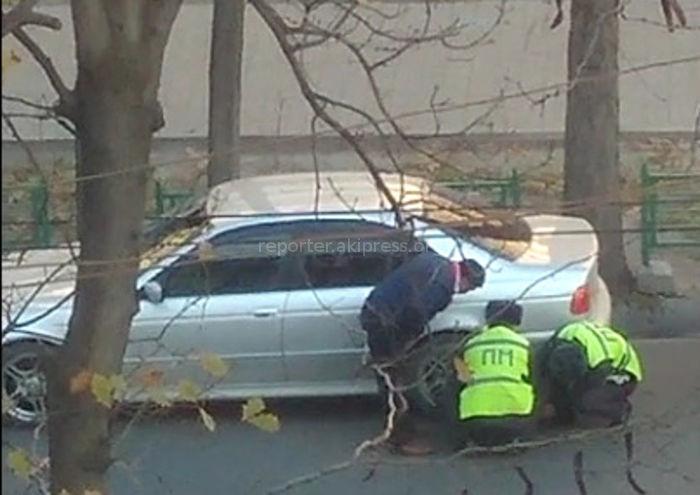 Мужчина предъявил бумаги и патрульная милиция убрала установленный на «БМВ» блокиратор колес <i>(видео)</i>