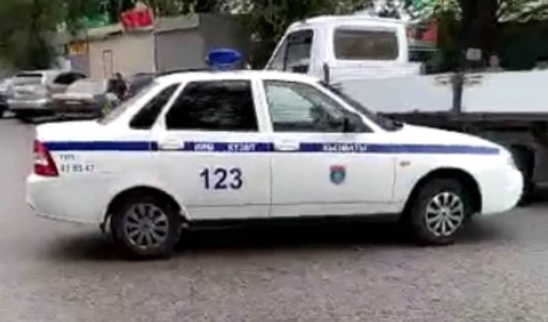 В Кара-Балте припаркованная патрульная машина выкатилась на середину дороги (видео)