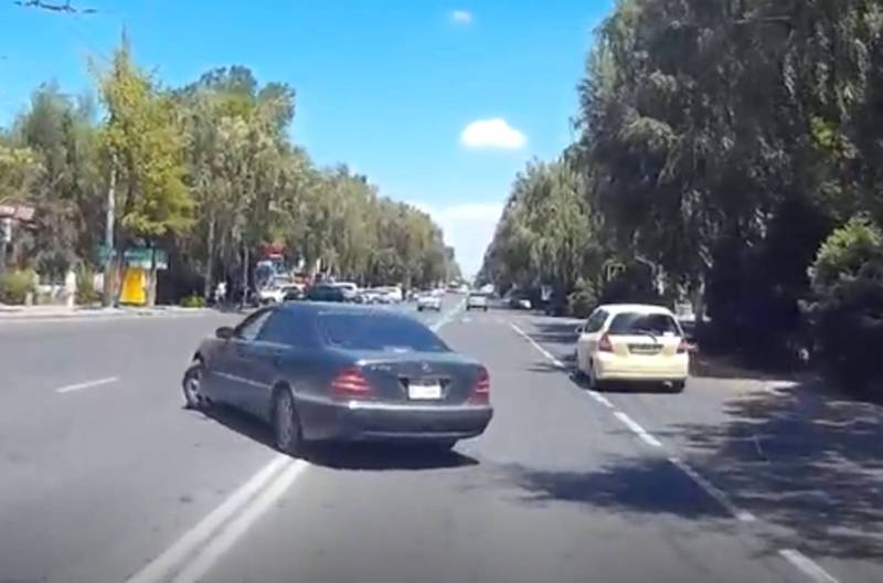 В 8 мкр на ул.Байтик Баатыра водитель «Мерседеса» повернул через двойную сплошную линию (видео)