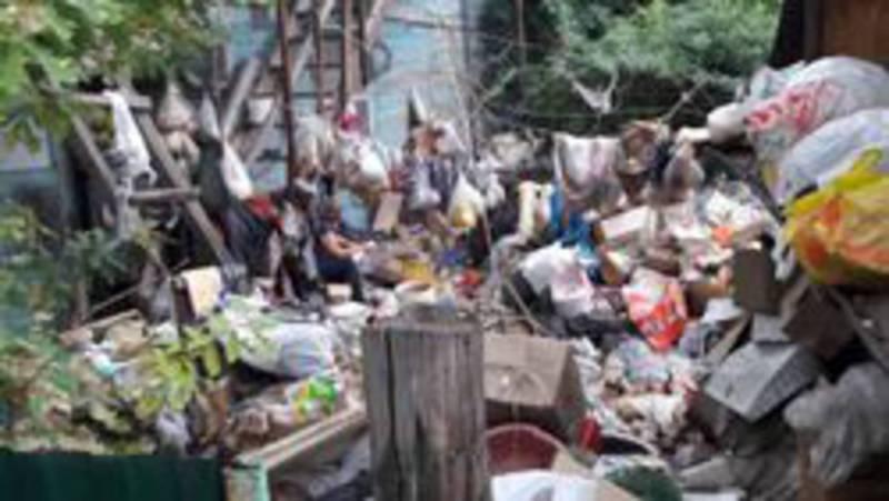 Инспекторы СЭИ ищут пути вывоза мусора со двора жительницы на ул.Матыева №31, - мэрия
