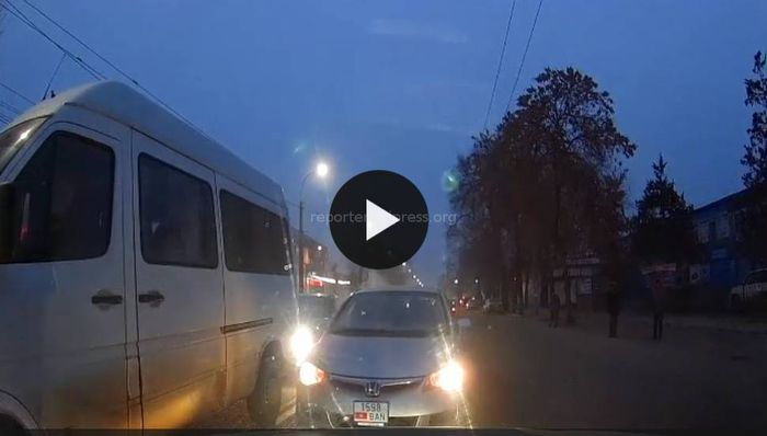 В Бишкеке водитель проучил нарушителя, в ответ посыпались маты и угрозы <i>(видео)</i>