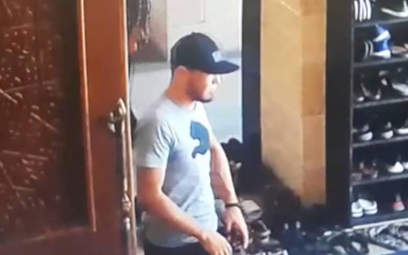 В мечети после жума намаза парень украл чужие кроссовки, момент кражи попал на видео