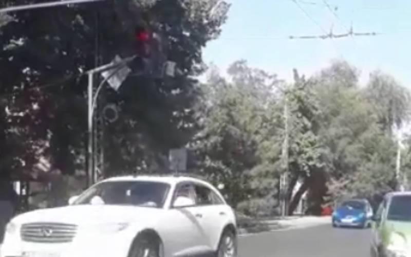 На Жибек-Жолу – Исанова может произойти ДТП из-за неправильно работающего светофора (видео)
