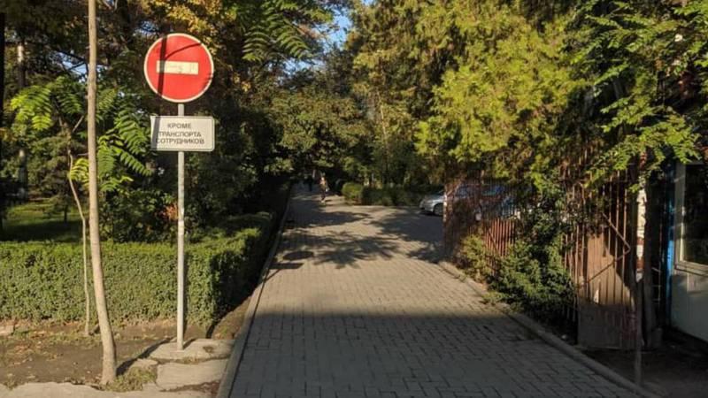Бишкекчанин интересуется, на пересечении проспекта Чуй и улицы Уметалиева дорожный знак разрешает сотрудникам ездить по тротуару?