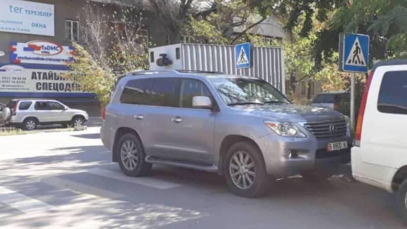 На ул.Фатьянова водитель «Лексуса» припарковался на пешеходном переходе (фото)