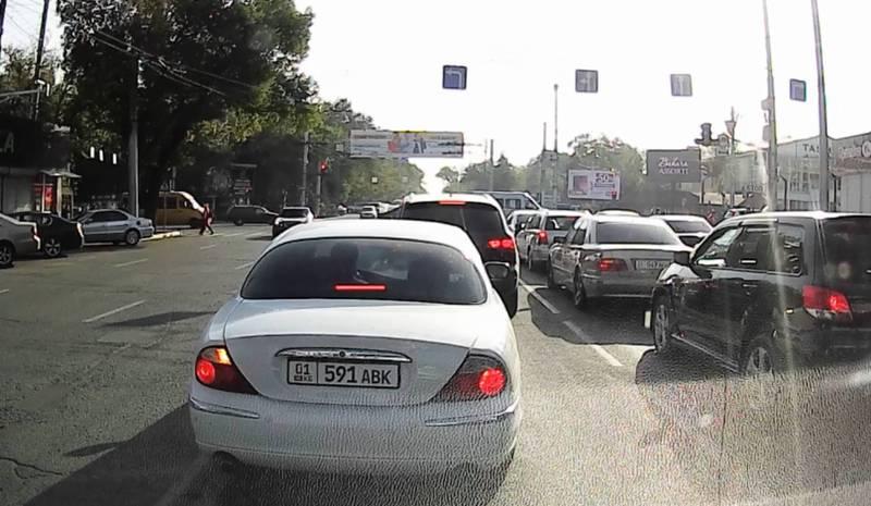На Байтик Баатыра - Ахунбаева водитель объехал пробку по встречной полосе (видео)