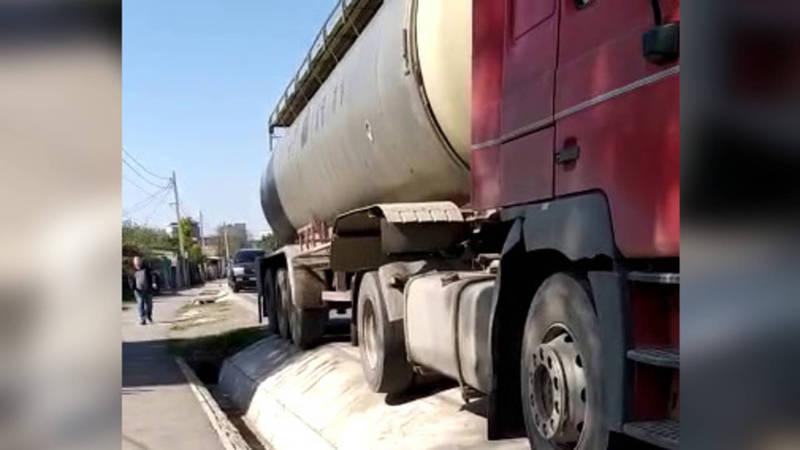 На ул.Фрунзе стоит бензовоз на проезжей части дороги (видео)
